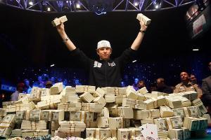 pokervinner med haug av penger